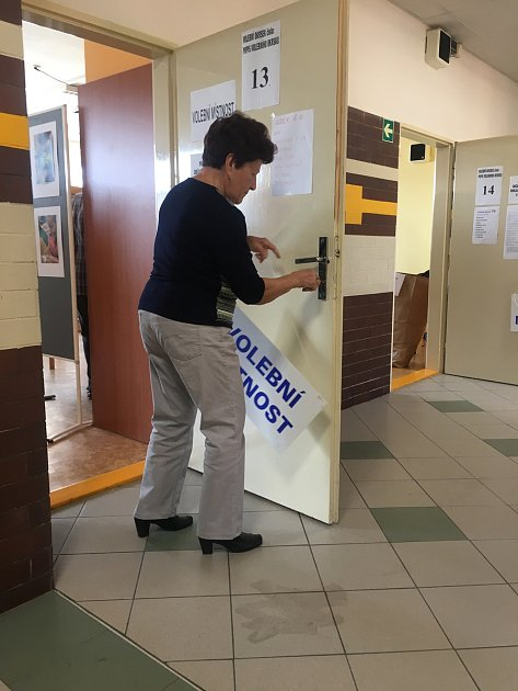 Uzavírání volební místnosti ve vyškovské Základní škole Purkyňova.