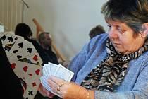 Loni na pátém ročníku mariášového turnaje v sále krásenského pohostinství Na Hasičce měřilo síly sedmadvacet karbaníků.