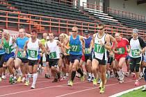 Běh kolem Vyškova patří díky délce závodu i vysoké červencové teplotě k těm těžším. Přesto se každoročně těší velkému zájmu běžců. Zálusk na vítězství si dělá Tomáš Steiner (úplně vpravo).