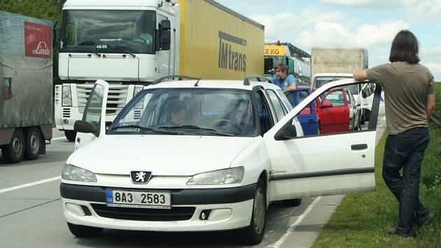Kolony po autonehodě u Rousínova.