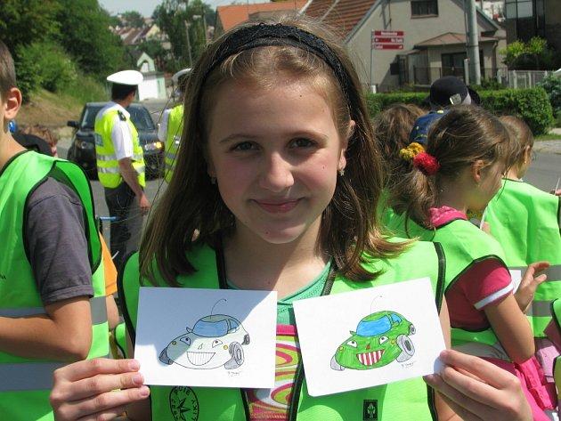 Školáci rozdávali obrázky řidičům.