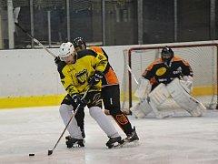 V prvním finálovém utkání vyškovské hokejové hobbyextraligy vyhrál ESO Team nad mužstvem Vyhaslé Hvězdy 4:2.