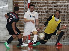 V jihomoravské divizi podlehli futsalisté týmu Brikety-pelety Štěpán Vyškov (v černých dresech) blanenskému mužstvu Pro-static 2:5.