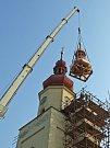 Pro jeřáb nebylo těžké dostat čtyřtunový náklad na vrchol kostela. Nejdůležitější bylo stabilní upevnění pomocnými popruhy. Na přistavěném lešení s umístěním báně pomáhali další technici.