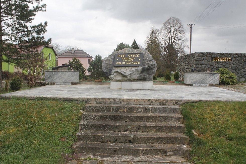 Pomník padlým rudoarjmějcům a partyzánům.