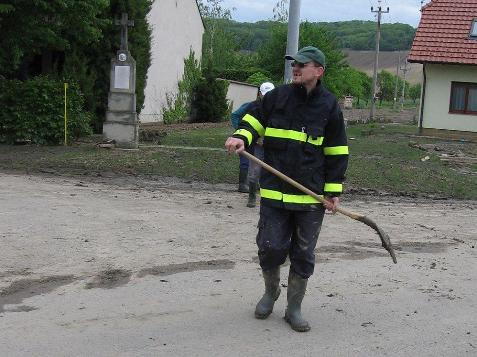 Odklízení následků povodně v Němčanech.
