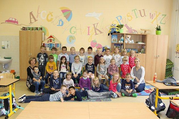 Žáci 1.AZákladní školy Komenského ve Slavkově uBrna spaní učitelkou Marií Bůbelovou a asistentkou Evou Duškovou.