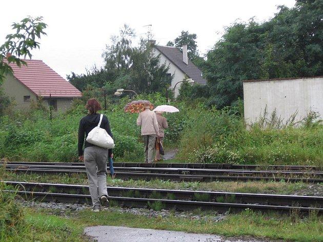 Cestu od autobusového nádraží směrem k nemocnici si lidé zkracují přes koleje. Dávají tak v sázku svůj život a porušují zákon.