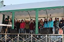 Na slavnostní rozsvěcení vánočního stromu dorazily do centra Vyškova stovky lidí.