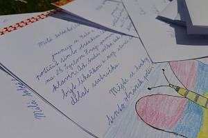 Děti či jejich rodiče, kdokoli, kdo rád píše, může udělat radost lidem dříve narozeným ručně psaným dopisem.