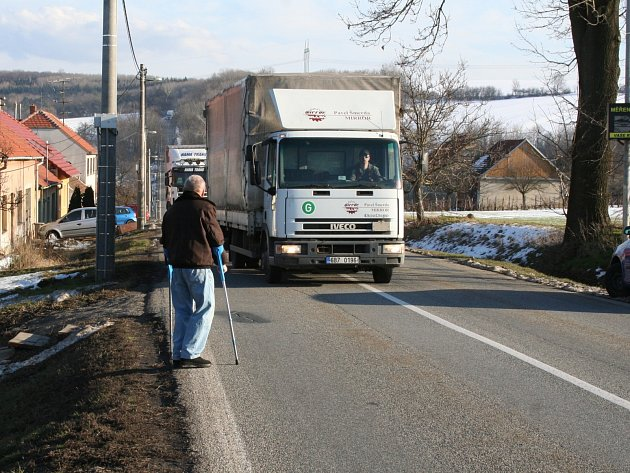 Lidem v Nížkovicích chybí chodník kolem frekventované silnice první třídy. Denně tak musí riskovat mezi kamiony.