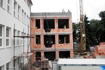 Stavba mateřinky ve Slavkově u Brna.
