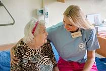 Dobrovolnice ADRY Vyškov Pavlína Sotolářová už čtvrtý rok svými návštěvami prozařuje samotu a všednost dní klientů Domova pro seniory ve Vyškově.