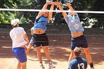 První ze seriálu letních volejbalových turnajů na antuce vyhrál v Holubicích Sokol Drásov před Sokolem Bučovice. Poslední skončil Volejbal Brno.