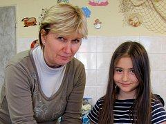 Ředitelka Domu dětí a mládeže Vyškov Ludmila Nováková pomáhá dětem v keramickém kroužku.