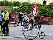 Dvě stě kilometrů za čtyři dny ujedou účastníci oslavné jízdy po jihu Moravy. V neděli, třetí den akce, jezdci v čele s Ivanem Křivánkem na drezíně startovali ve Slavkově u Brna.