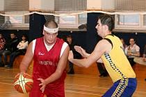 Vyškovští basketbalisté (ve žlutém) splnili plán dvě stě procent. Slavičín porazili 70:33.