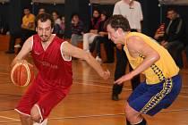 Vyškovští basketbalisté (ve žlutém) přivítají devátou Vysočinu.
