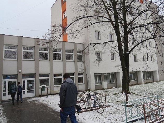 Střední škola elektrostavební a dřevozpracující ve Frýdku-Místku (na snímku) se snaží orientovat na univerzální řemeslné učební a studijní obory, po kterých je poptávka.