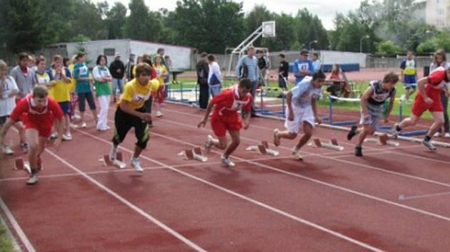 Martin Kroščen (uprostřed v červeném) při běhu na 60 metrů.