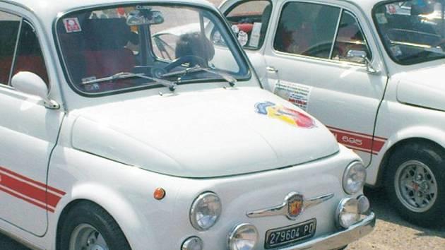 Italské vozy Fiat 500. Ilustrační snímek.
