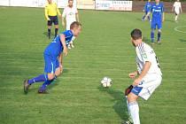 Fotbalisté Dobratic (v modrém) na svém hřišti zdolali tým z Veřovic.