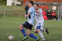 Souboj posledního podzimního kola I. A třídy, skupiny B, mezi domácí Dobrou (bleděmodré dresy) a Veřovicemi rozhodl jediný gól doberského záložníka Gryžboně.
