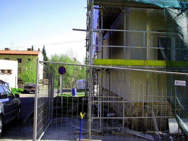 Střední škola strojírenská a dopravní ve Frýdku-Místku je v současné době obestavěná lešením, protože dochází k jejímu celkovému zateplení.