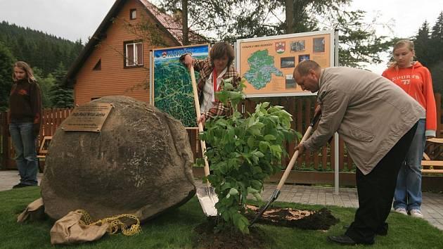Starostka obce Krásná Pavla Bohačíková a starosta Klokočova Luboš Striž společně zasadili dvě rostliny klokočí.