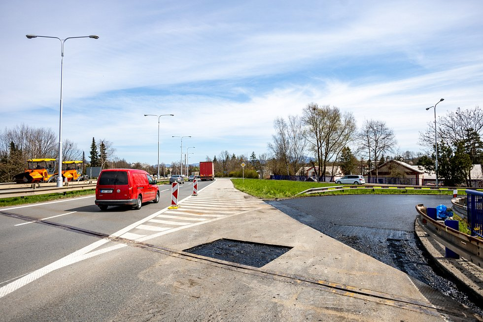 Až do poloviny května musí řidiči počítat s kolonami a zhoršeným průjezdem Frýdku-Místku, hlavně ve směru na Frýdlant nad Ostravicí, 28. dubna 2021 ve Frýdku-Místku.