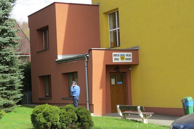 Stávající obecní úřad je 'přilepen' na budově základní školy.
