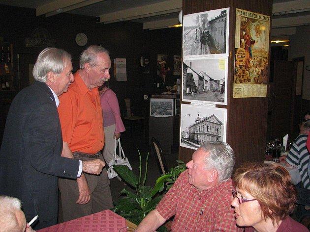 Místečtí starousedlíci, pamětníci a příznivci stylovým retrovečerem společně oslavili 40 let místeckého sídliště Riviera a tamní restaurace Jadran.