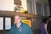 Zdeněk Vojtíšek při akci, která se konala 17. listopadu 2009 v Brušperku. Nad ním pamětní deska, která je věnována všem obětem komunistického režimu.