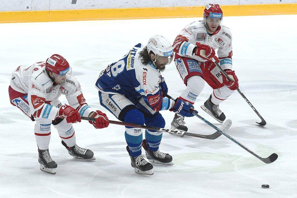 Brno 13.12.2020 - domácí HC Kometa Brno (Peter Mueller) v modrém proti HC Oceláři Třinec