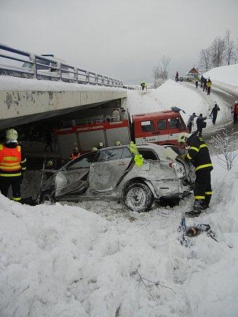 Vsobotu 12.ledna dopoledne zasahovali hasiči unehody Toyoty Avensis vMostech uJablunkova, která skončila pod silničním mostem.