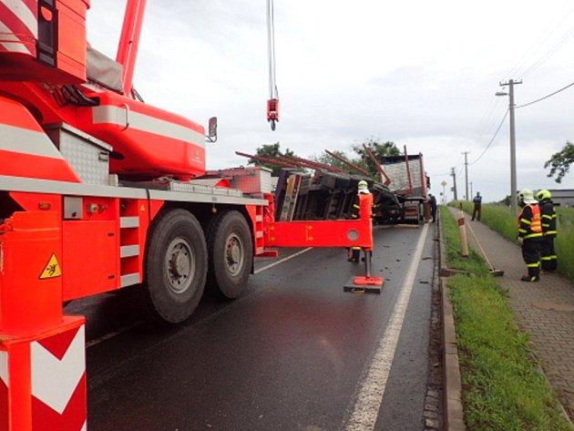 Zásah hasičů uhavarovaného kamionu se dřevem.