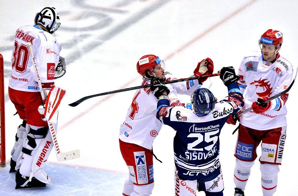 Oceláři (v bílém) proti Vítkovicím.
