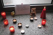 V Základní škole v Raškovicích, kde zavražděná Denisa ještě před několika roky chodila, vzniklo pietní místo