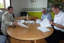Dohodu o spolupráci podepsali starosta obce Žabeň (na snímku vlevo), Ivo Klimša, předseda představenstva Biocel Paskov (uprostřed) a člen představenstva Biocel Paskov Vojtěch Podmolík  (vpravo).