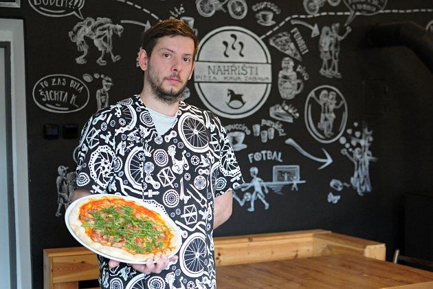 Umí tady rychle připravit velmi chutnou pizzu. Vlétě je možnost si venku posedět upiva či kávy. Hospodu NAHŘIŠTI vPržně si ohromně oblíbili nejen cyklisté, ale také rodiny sdětmi. Na snímku kuchař Petr Žídek.
