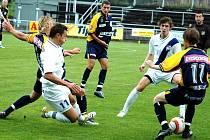 Frýdecko-místecký Lukáš Fujerík (na ilustračním snímku vlevo) bojuje společně se svým spoluhráčem Martinem Kufou o míč.