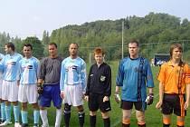Ke svému prvnímu mistrovskému zápasu nastoupili fotbalisté Paskova na vedlejším hřišti FK Staříč. Duel s Tošanovicemi pískala Petra Setlová (v tmavém uprostřed).