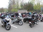 Památce padlých hrdinů z druhé světové války se na frýdecký hřbitov přišli poklonit motorkáři i běžní lidé.