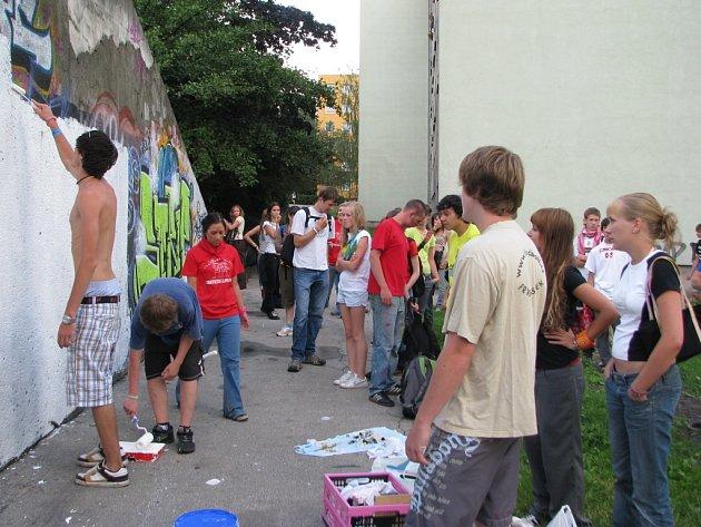 Mladí umělci z Německa, Itálie, Španělska a České republiky v neděli odpoledne vytvořili graffiti na jedné z legálních stěn ve Frýdku–Místku.