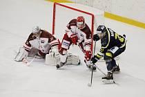 Hokejisté Frýdku-Místku (v bílém) si na domácím ledě poradili s ústeckým Slovanem.