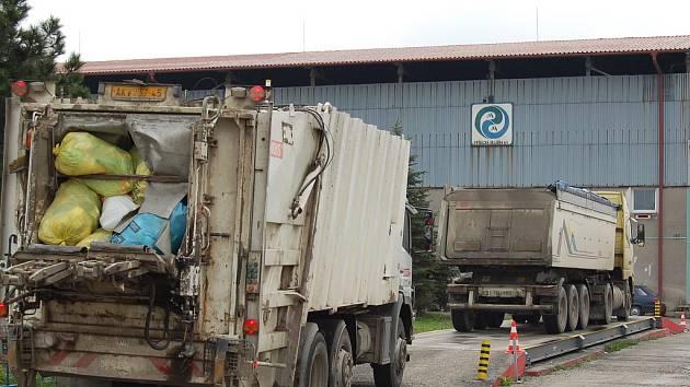 Popelářská auta svážejí frýdecko-místecký domovní odpad na skládku v Lískovci. O odpady se tu stará společnost Frýdecká skládka.