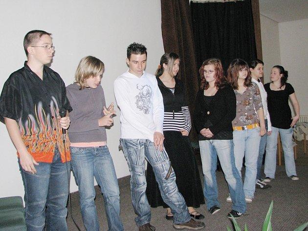 Vedoucí školních týmů nastoupily na začátku prezentace na pódium, aby si vylosovali pořadí, ve kterém následně předstoupí před ostatní.