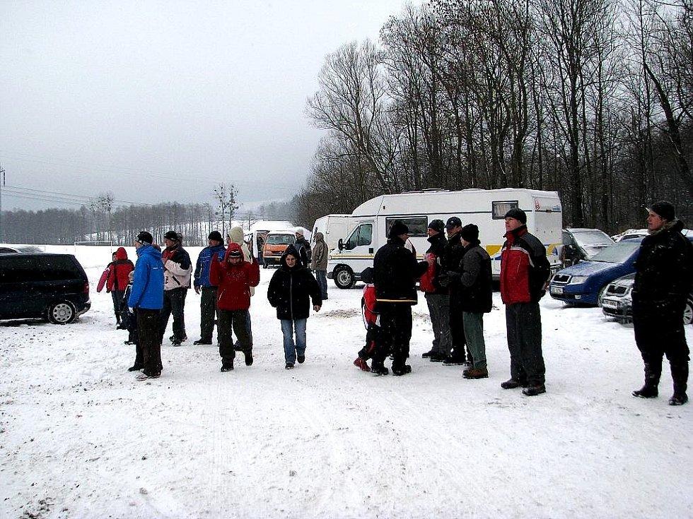 Zimní závody motokrosařů v Kozlovicích.
