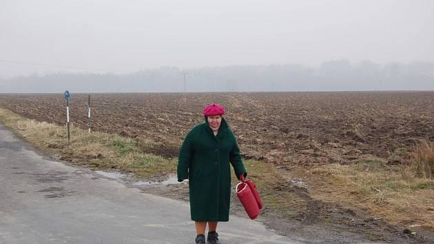 Žena jde kolem pozemků na pomezí Hnojníku a Třanovic, jež jsou určeny pro průmyslovou zónu. Ilustrační snímek.