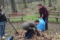 Školáci při úklidu okolí pramene v Hájku.